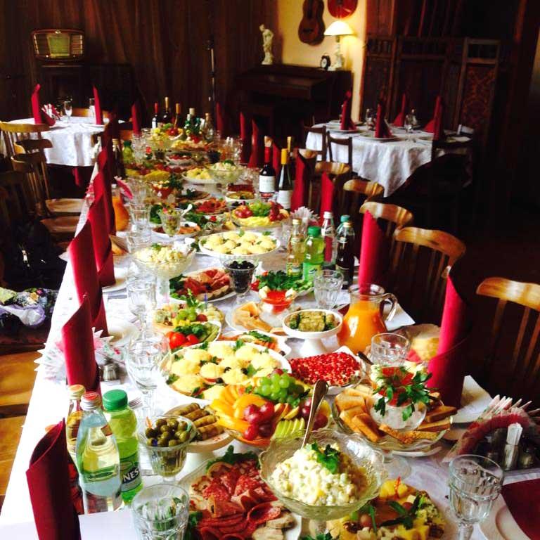 """Фото банкетных столов в ресторане """"Дача Косенковых"""" в Мытищах."""